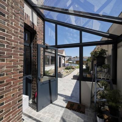 Espace de vie sur terrasse et piscine 10