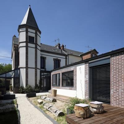 Espace de vie sur terrasse et piscine 13